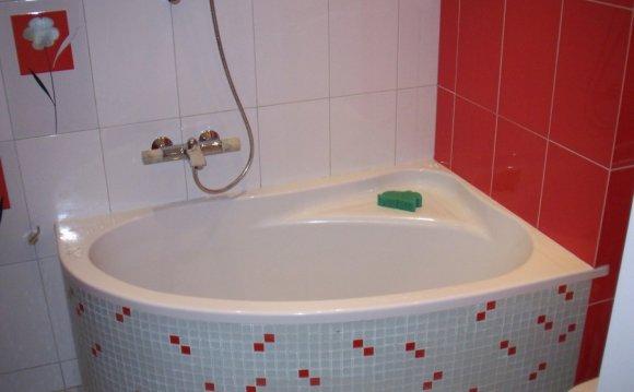 Угловая мини-ванна для ванной